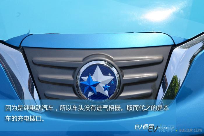 因为是纯电动汽车,所以车头没有进气格栅。取而代之的是本车的充电插口。