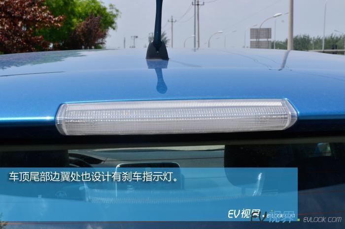 车顶尾部边翼处也设计有刹车指示灯。