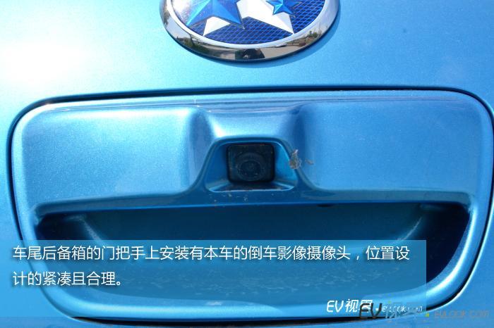 车尾后备箱的门把手上安装有本车的倒车影像摄像头,位置设计的紧凑且合理。
