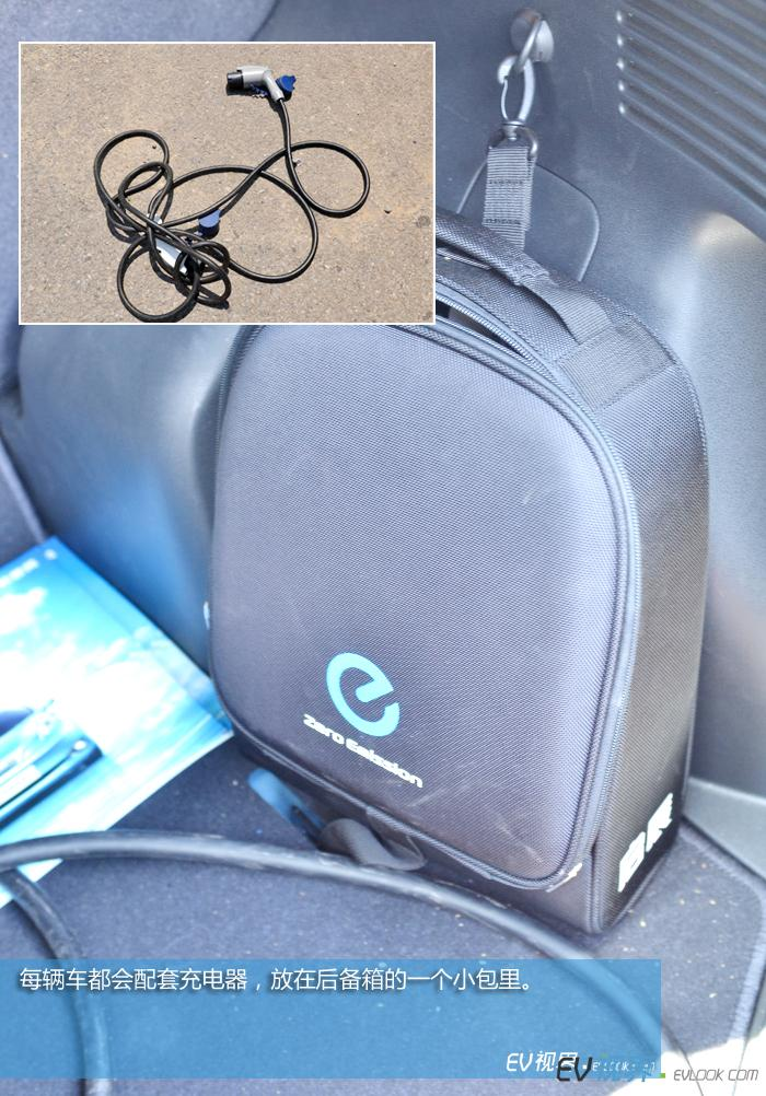 每辆车都会配套充电器,放在后备箱的一个小包里。