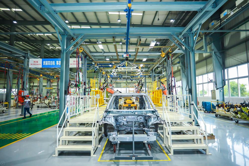 2-博郡iv6首台白车身下线-企业将正式步入车型生产的新阶段.jpg