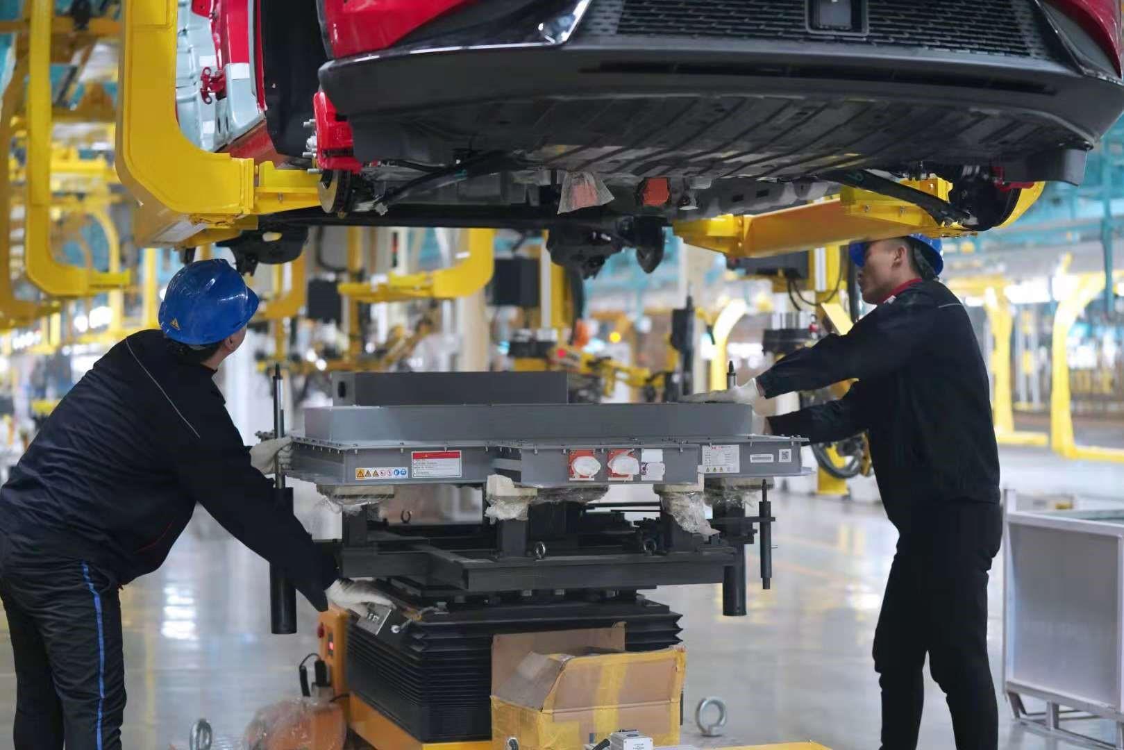 6、海马小鹏智能工厂总装车间-电池包安装.jpg