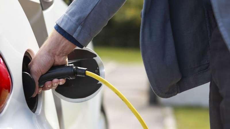 """科学家提出新理论:新型""""液流电池""""让电动汽车几秒钟完成充电"""