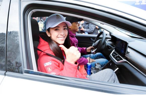 黄小蕾参加环青海湖电动汽车挑战赛发车仪式 对国产电动车爱不释手