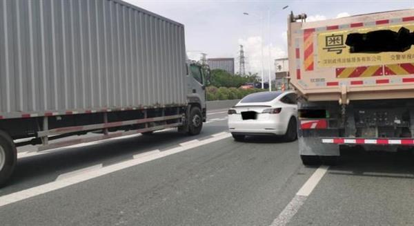 自动驾驶撞渣土车 特斯拉官方:违规驾驶